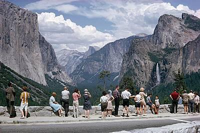 """""""Йосемити""""През 1965 г. туристите са се тълпяли да гледат скалните образувания в """"Йосемити"""" така както и днес. Сега паркът годишно..."""