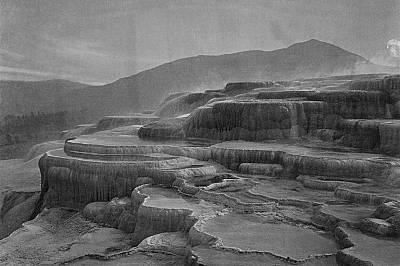 """Горещите извори Мамот в """"Йелоустоун""""Горещите извори Мамот в """"Йелоустоун"""" през 1871 година. Снимката е направена от Уилиям Хенри Дж..."""