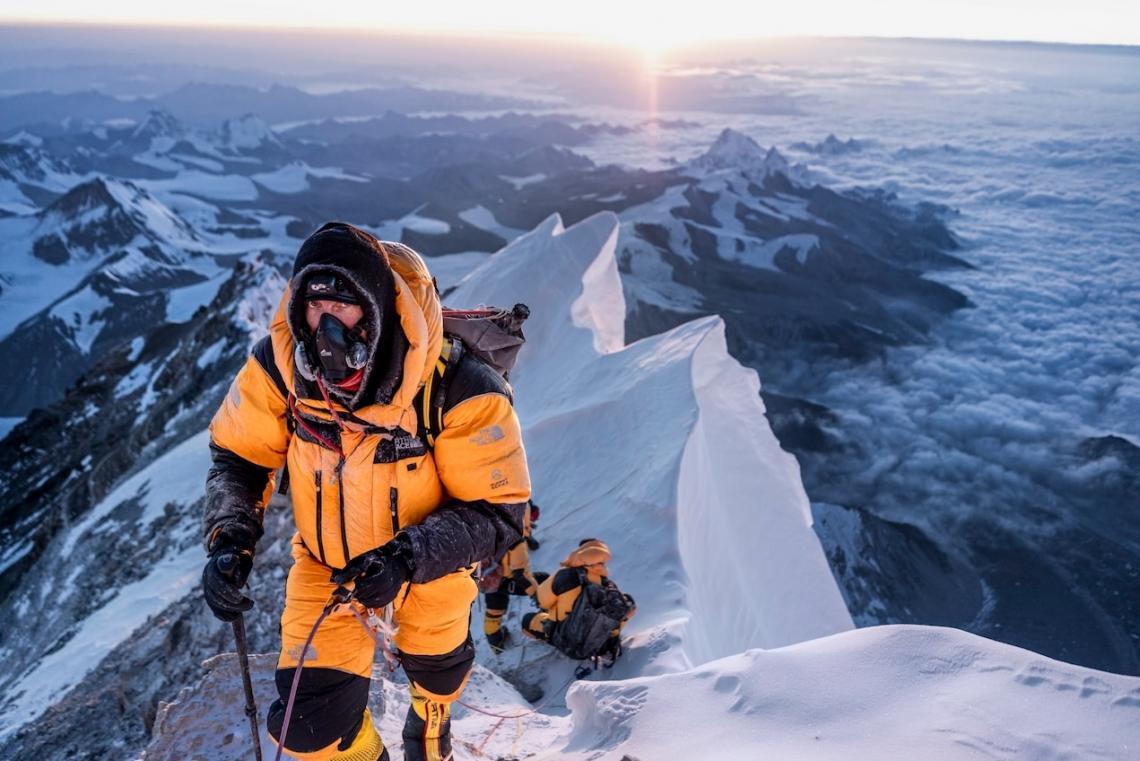 Авторът и катерач Марк Синот е сред седемте члена на пролетната експедиция през 2019 г., които поемат по северния маршрут в търсене на алпинист, изчез...