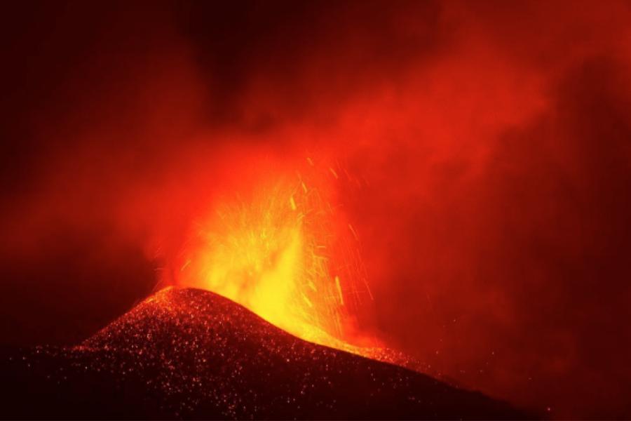 Вулканът в Ла Палма продължава да изригва.