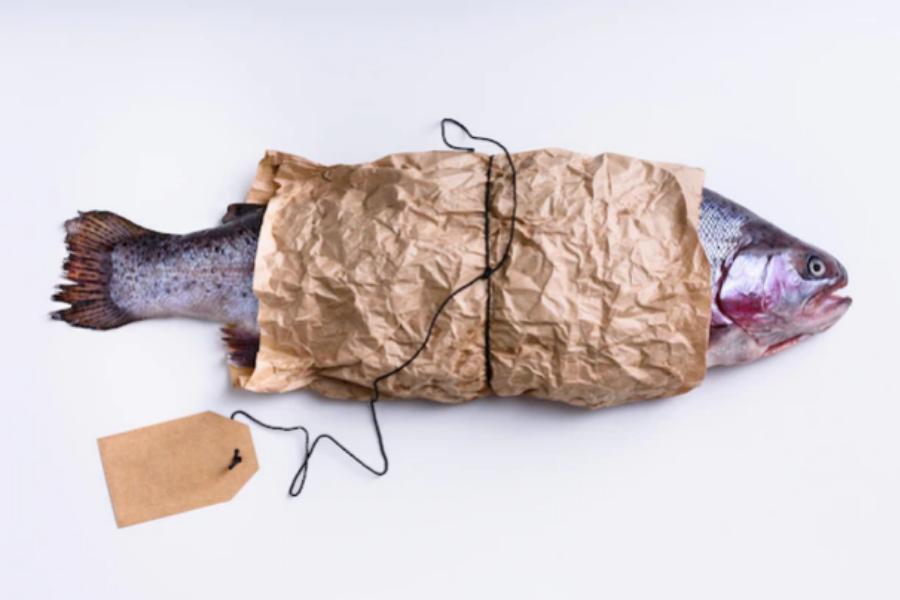 Увита сьомга очаква покупка на рибен пазар. Изследванията показват, че риба, обозначена като устойчива, уловена в дива среда сьомга, може да е от заст...