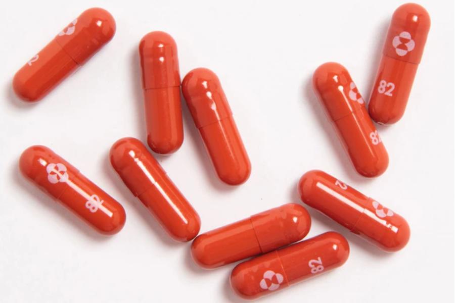 Пероралният антивирусен медикамент молнупиравир на Merck намалява риска от хоспитализация или смърт при пациенти с лек или умерен COVID-19.