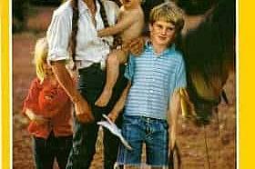 Януари 1991В броя са представени земята и хората населяващи северозападната част на Австралия. На корицата позира фермерка с трите си деца.