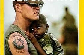 Април 1993 - Последиците от урагана Андрю Морският пехотинец Дейвид Кечъм и тригодишният Даржис Уилиямс с