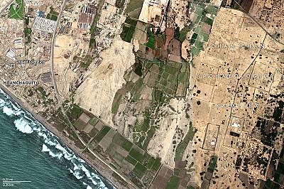 На тази сателитна снимка се вижда близостта на Хуанчакито-Лас Ламас до руините на древната столица на империята Чиму - Чан Чан. ...