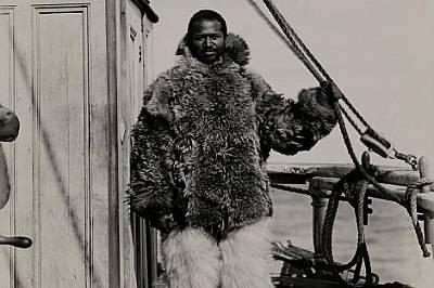 Хенсън не го е страх от студа - носи топли инуитски дрехи.