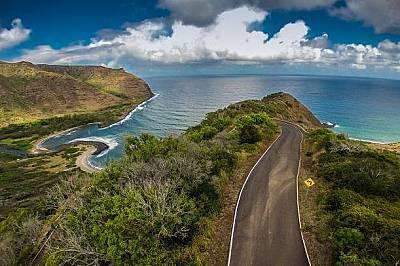 Остров Молокай, ХавайПът през хавайския остров Молокай води към долината Халауа, където посетители могат да видят високия близо 76 метра водопад Моаул...