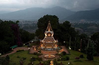 Будистка ступа в манастира Копан, НепалСветлини огряват будистка ступа в манастира Копан в Непал. На посетителите не се разрешава да вземат със себе с...