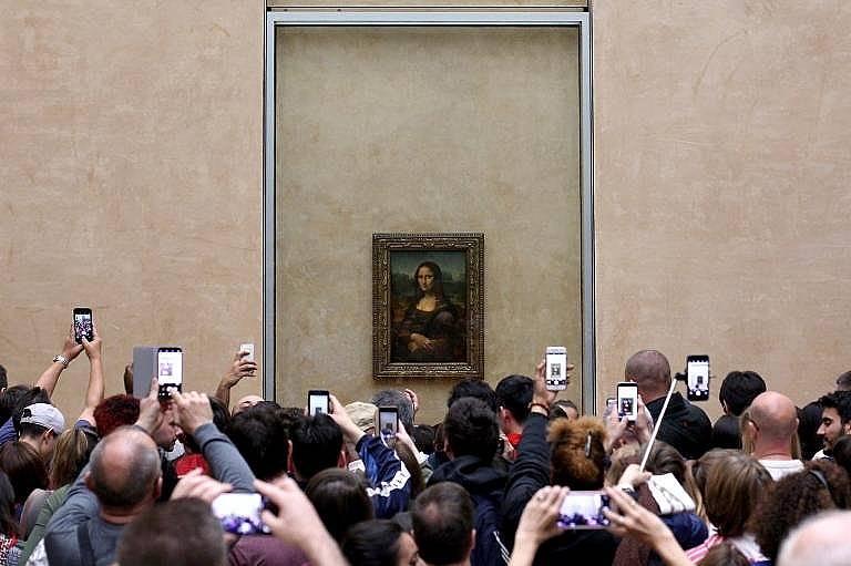 """Всяка година над 7 милиона души посещават Louvre Museum в Париж за да видят картината """"Мона Лиза"""" на Леонардо да Винчи   OT JONATHAN TOURTELLOT, NAT..."""
