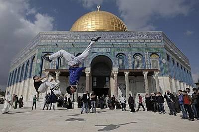 Млади спортисти тренират край Купола на скалата в Йерусалим.