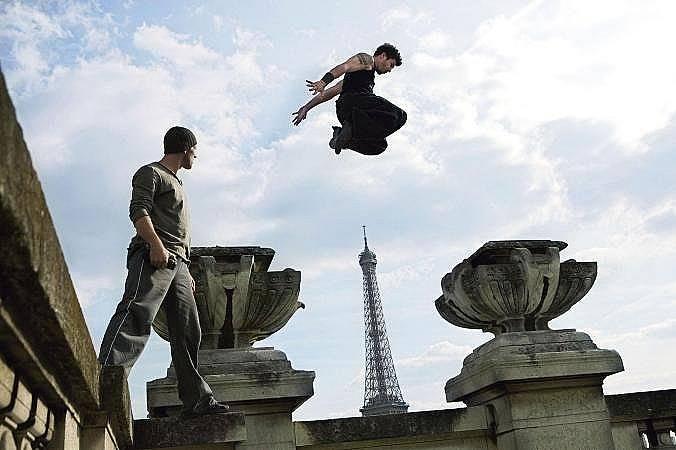 Трасьор се придвижва по стена пред Айфеловата кула в Париж, Франция. Спортът, който се практикува предимно в градска среда, е измислен от група френск...