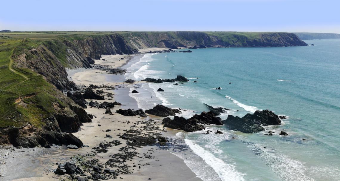 Склалистите брегове при Пемброкшир в Западен Уелс.