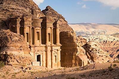 Единствено манастирът е по-голям от новооткритата структура.