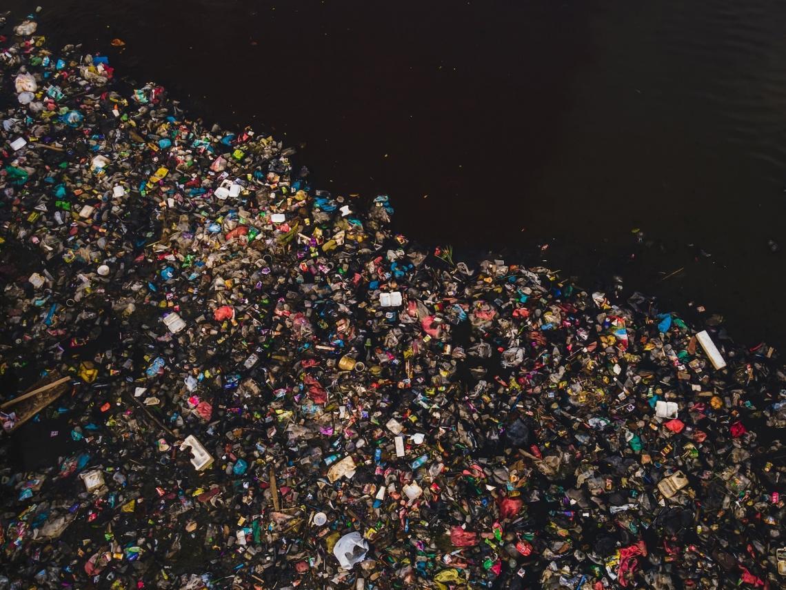 Пластмасови боклуци в река Сиак, Индонезия