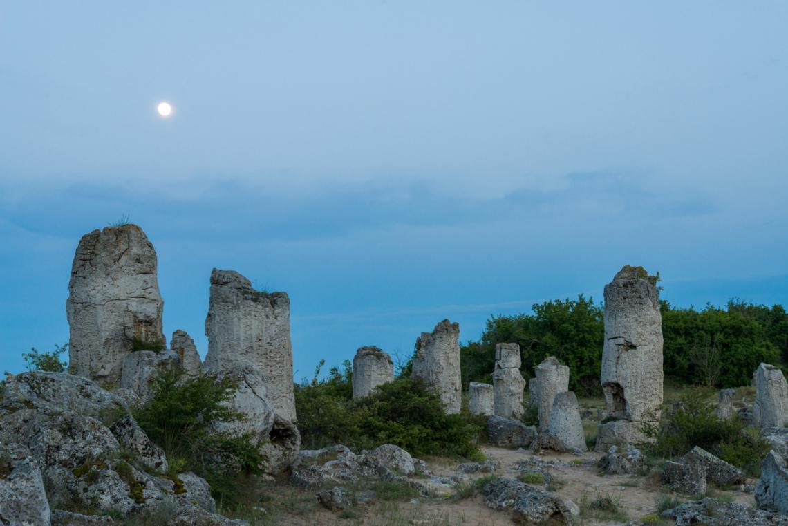 """Природен феномен """"Побитите камъни"""", близо до Варна, България. Привечер с изгрялата Луна."""