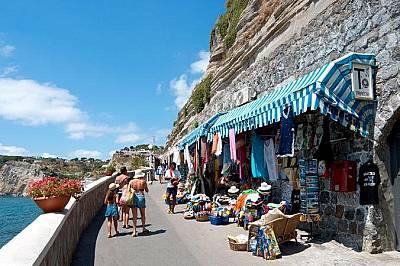Туристи по тесните крайбрежни улички на Сант АнджелоТуристи по тесните крайбрежни улички на селцето Сант Анджело, където изглежда всички се познават....