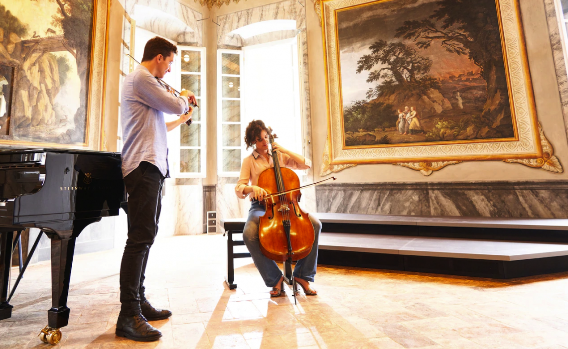 Студентите свирят в Stauffer Center for Strings, новата музикална консерватория, разположена в реставриран дворец от XVII век в Кремона, Италия.