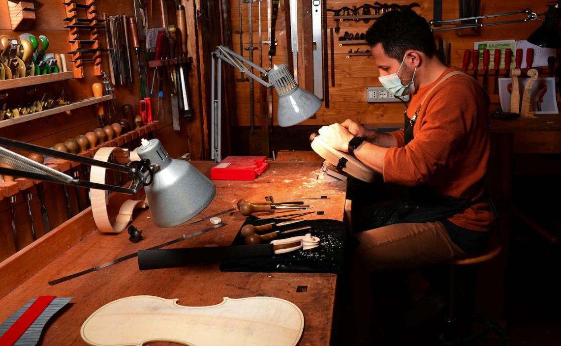 Занаятчия работи върху цигулка в работилницата на майстора лютиер Джорджо Гризалес в Кремона на 9 юни 2020 г.