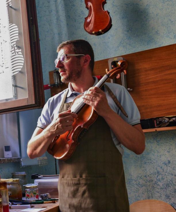 Производителят на цигулки Даниеле Тонарели е един от лютиерите в Кремона. Въпреки че COVID-19 удари силно този италиански град, нова музикална консерв...