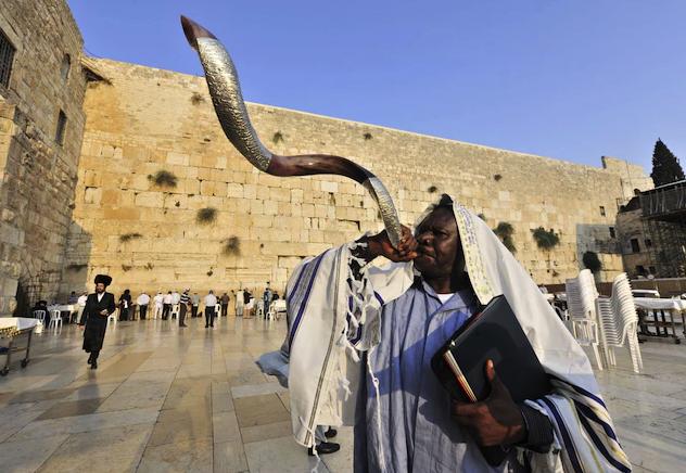Рош Хашана отбелязва началото на еврейската Нова година. Празнува се с молитва, празнични ястия и радостни звуци от шофар, които призовават към покаян...
