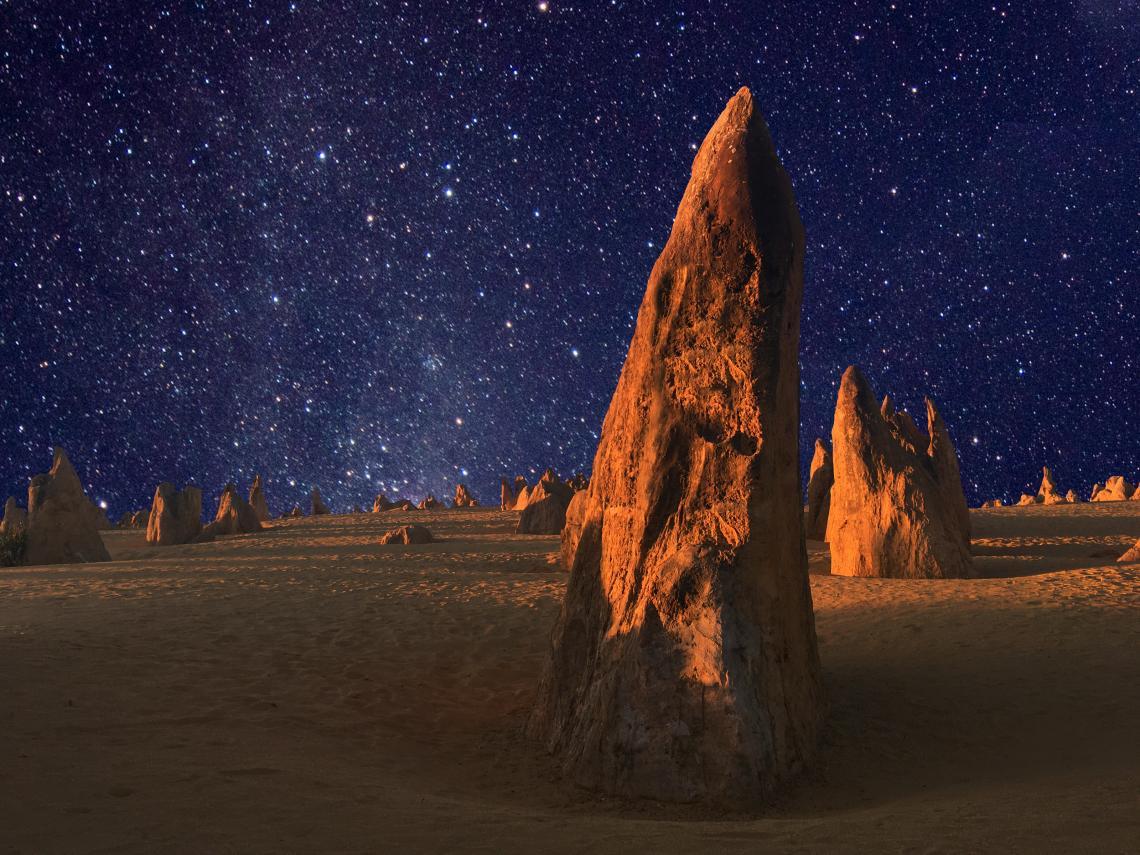 Нощно небе над Пинакълс в Западна Австралия.