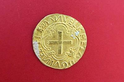 Една от 12-те португалски златни монети cruzado, намерени на мястото на корабокрушението.