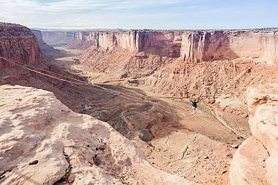 Моаб, ЮтаМоаб, Юта – сърцето ви ще препуска над красивата шир от каньони и природни образувания. В района има повече слаклайн съоръжения отк...