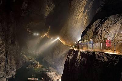 Шкоцянска ямаОбширната пещера е част от природното и културно наследство на ЮНЕСКО. Тя е и една от най-популярните пещери в Словения.