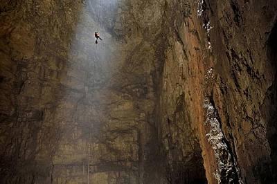 Качна ямаШон копнее за този кадър в продължение на 10 години. Слизането до най-ниската точка на пещерата е 152 метра, а изкачването по въжето отнема о...