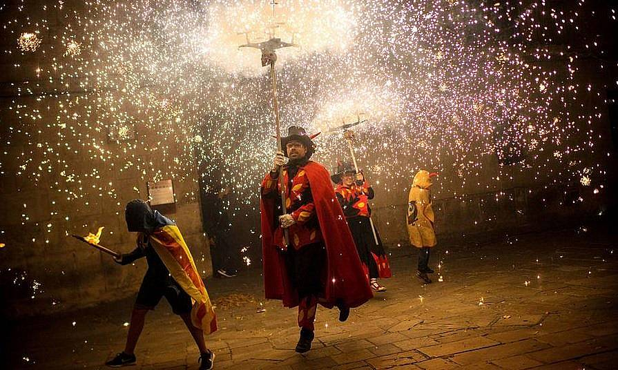Традиционният каталунски празник correfoc през септември 2017 г. Регионалният парламент на Каталуния обявява независимост на следващия месец. Снимка:...