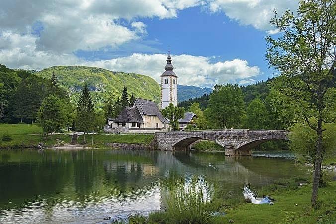 """Църквата """"Св. Йоан Кръстител"""" до езерото Бохиндж в Словения. Снимка: Ермедин Исламчевич"""