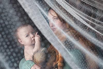 Подобно на Мадоната с Младенеца, братовчедката на фотографката – Валентина – държи най-малкото си