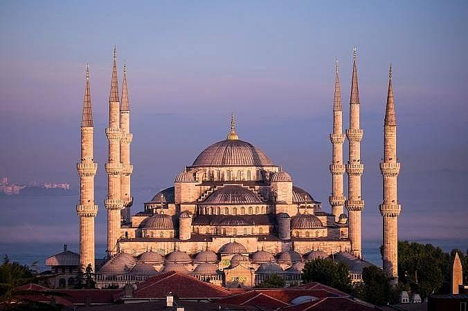 """Джамията """"Султан Ахмед"""" (Синята Джамия)Построена в началото на XVII век, най-фотогеничната сграда на Истанбул получава названието """"Синята дж..."""