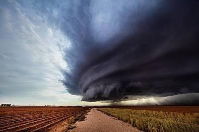 "Гръмотевична буря тип ""суперклетка"" бушува над прашните полета югоизточно от Ламеса, ТексасГръмотевична буря тип ""суперклетка"" бушува над прашните пол..."