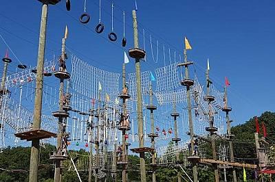 Take Flight Adventure ParkПосетители минават по един от маршрутите в Take Flight Adventure Park Китъри, Мейн. Паркът разполага с над 65 &amp...