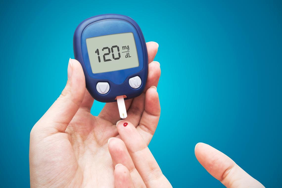 Глюкомер с тест лента за кръвна захар.