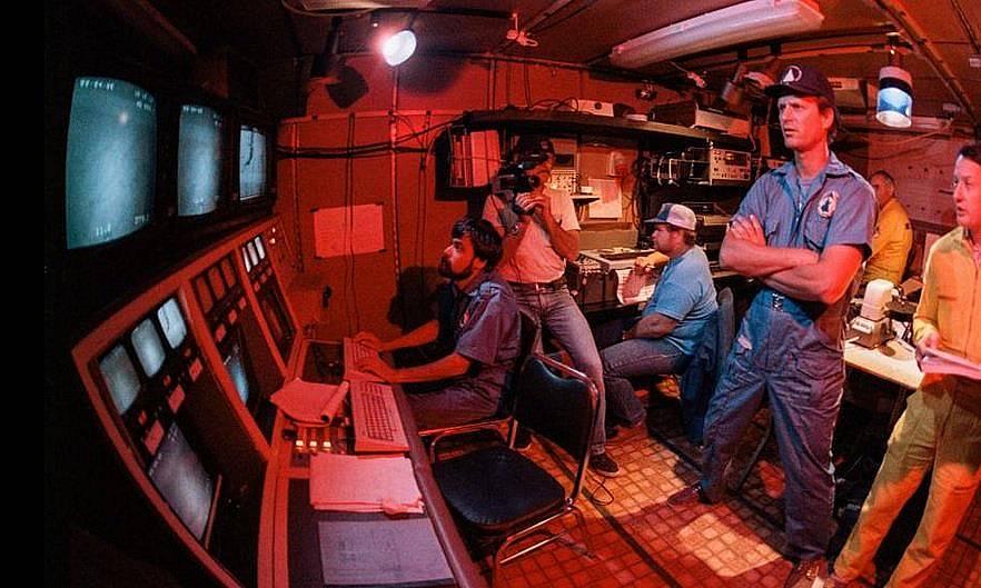 """Екипът на Робърт Балард и Жан-Луи Мишел гледа кадри от безпилотния апарат """"Арго"""""""