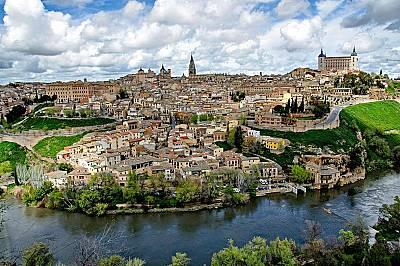 Толедо: град на три културиСредновековният Толедо, кацнал на един от хълмовете в Кастилия – Ла Манча, е типичният образ на укрепен средновек...