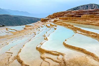 Бадаб-е СуртВ северната провинция на Иран, Мазандаран, се намират ръждиво оцветени стъпаловидни тераси от травертин. Те са се образували в продължение...
