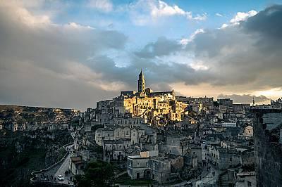 Матера: пещерните хора от СасиКъщите, църквите и манастирите в Матера са издълбани в естествения терен. Разположен в южната част на Италия, Саси (на и...