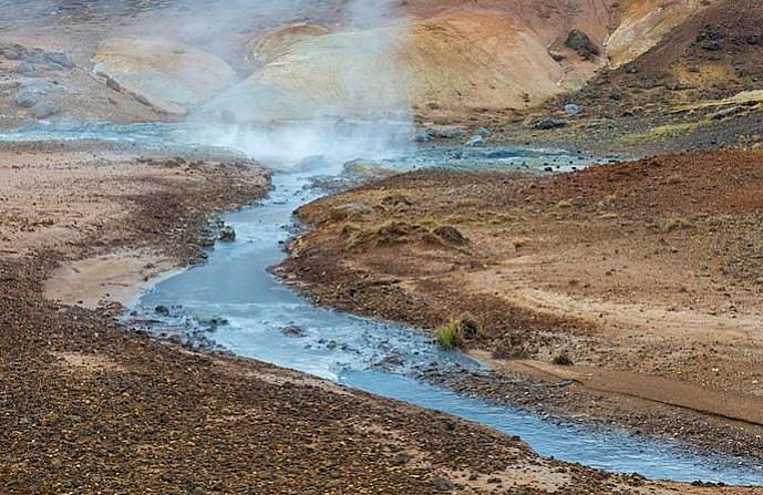 Геотермалният район Селтун на полуостров Рейкянес в Исландия, където горещите извори бълбукат и се отделят серни газове. Снимка: Arterra Picture Libr...