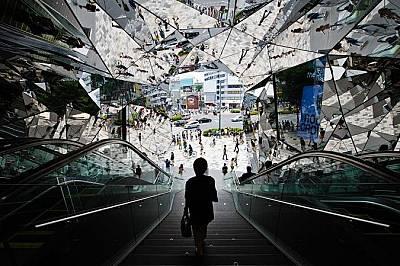 Токио Плаза ОмотесандоЗабързаната улица се отразява в подобния на калейдоскоп вход на Токио Плаза Омотесандо, мол в модния квартал Харажуку. В сградат...