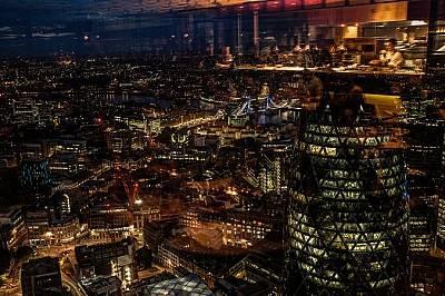 """Heron Tower, ЛондонГледка от 40-ия етаж на Heron Tower към Тауър бридж и емблематичния небостъргач """"Корнишона"""". В Лондон е планира..."""