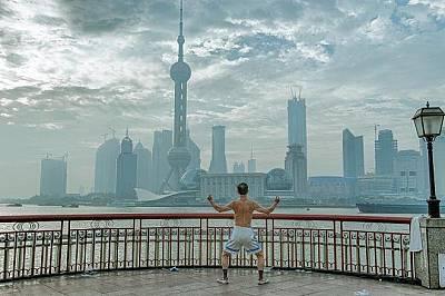 Река Бунд, ШанхайЖител на Шанхай започва деня си с традиционни упражнения край река Бунд, обърнат към модерното лице на града. Небостъргачите се множа...