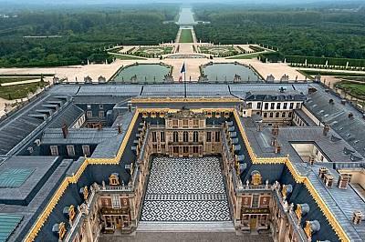 Луи XIV е ориентирал двореца по оста изток-запад, така че да следва изгряващото слънце