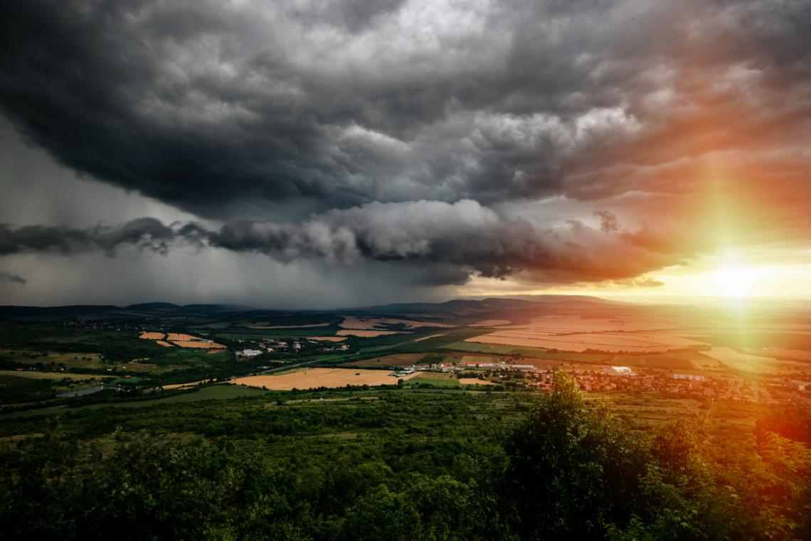 Силна гръмотевична буря в летен следобед близо до Велико Търново, България