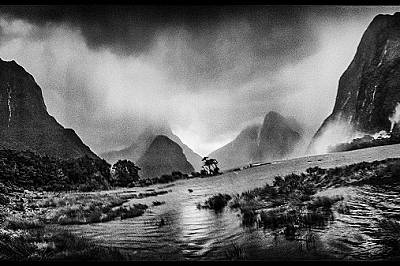 Водопадът Лейди Боуен в Милфорд Саунд, Нова Зеландия