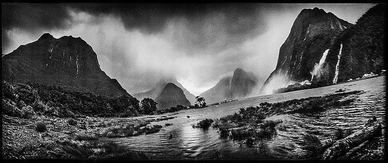 Водопадът Лейди Боуен в Милфорд Саунд, Нова Зеландия Снимка: Балаш Гарди, Azdarya