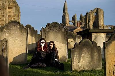"""Момичета се снимат в двора на църквата """"Св. Мери""""През 2016 г. църквата пуска петиция за затварянето на църковния двор по време на фестивала, защото сч..."""