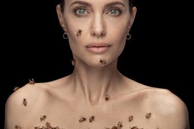 Анджелина Джоли – безстрашна сред 60 000 пчели